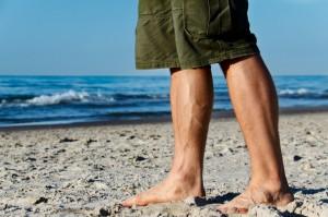 Symbolfoto. Ich war nicht am Strand, hatte eine längere, blaue Jeans an, habe weniger muskulöse Waden, aber auch weniger sichtbare Adern. iStock hat nicht so viele nackte Füsse im Angebot.