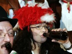 Andrea Nahles mit Bierflasche beim Karneval